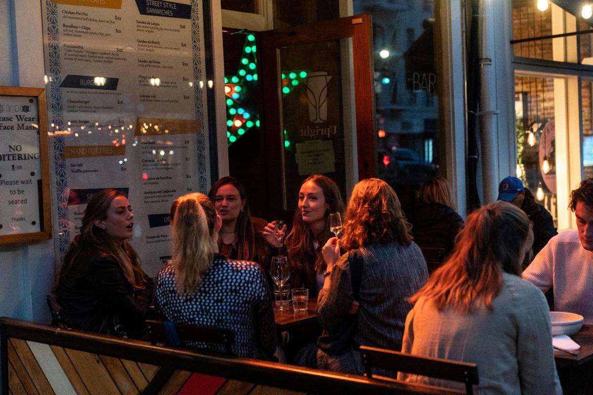 Người dân dùng bữa trong một nhà hàng tại thành phố New York, Mỹ, hôm 21/11. Ảnh: Reuters.