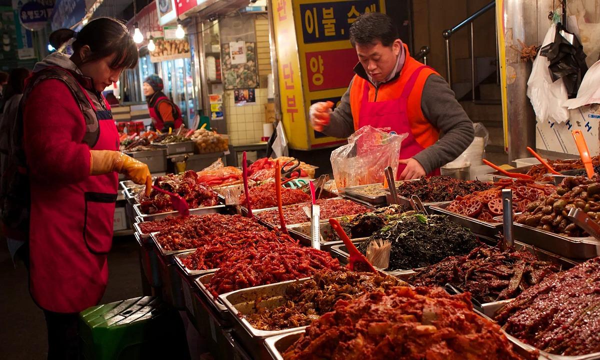 Một quầy bày bán hàng chục loại kimchi ở chợ Hàn Quốc. Ảnh: Guardian.