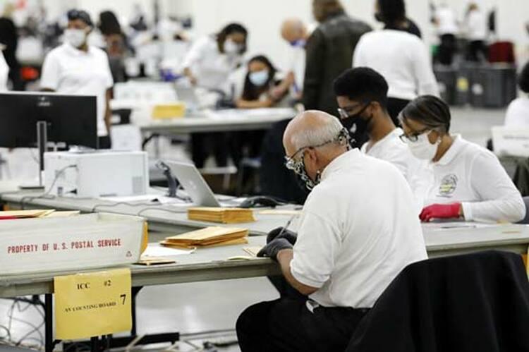 Nhân viên bầu cử đếm lá phiếu vắng mặt tại Michigan ngày 4/11. Ảnh: AFP.