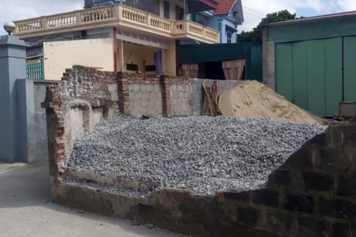 Bức tường bao đổ đè chết nữ sinh Vũ Thị Huyền được Nguyễn Văn Kiên khai nhận trong lúc lái máy xúc tự chế xúc đá bán cho khách đã làm đổ. Ảnh: CTV