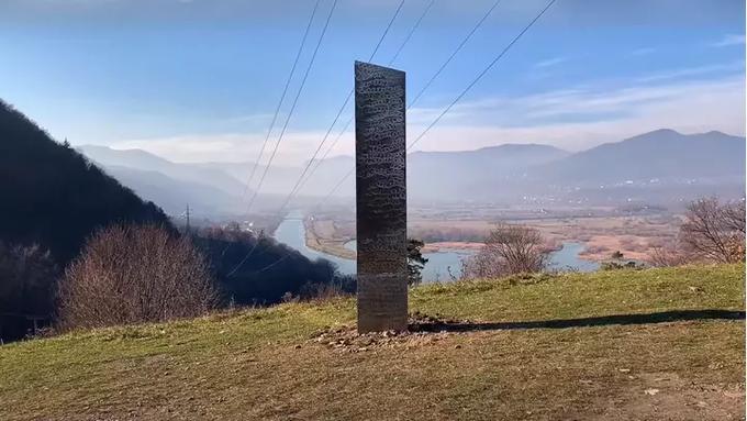 Cột trụ kim loại hình tam giác được phát hiện gần Pháo đài Petrodava Dacian, một địa danh cổ đại ở thành phố Piatra Neamt, Romania. Ảnh: Twitter/Disclosetv.