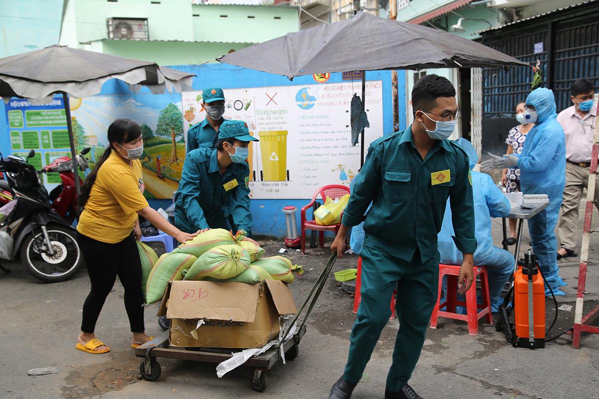 UBND quận 6 chuẩn bị gạo cung cấp cho người dân cách ly 14 ngày. Ảnh: Đình Văn.