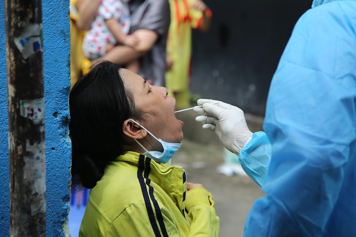 Bà Nguyễn Thị Mộng Hảo được lấy mẫu phết mũi họng, sáng 1/12. Ảnh: Đình Văn.