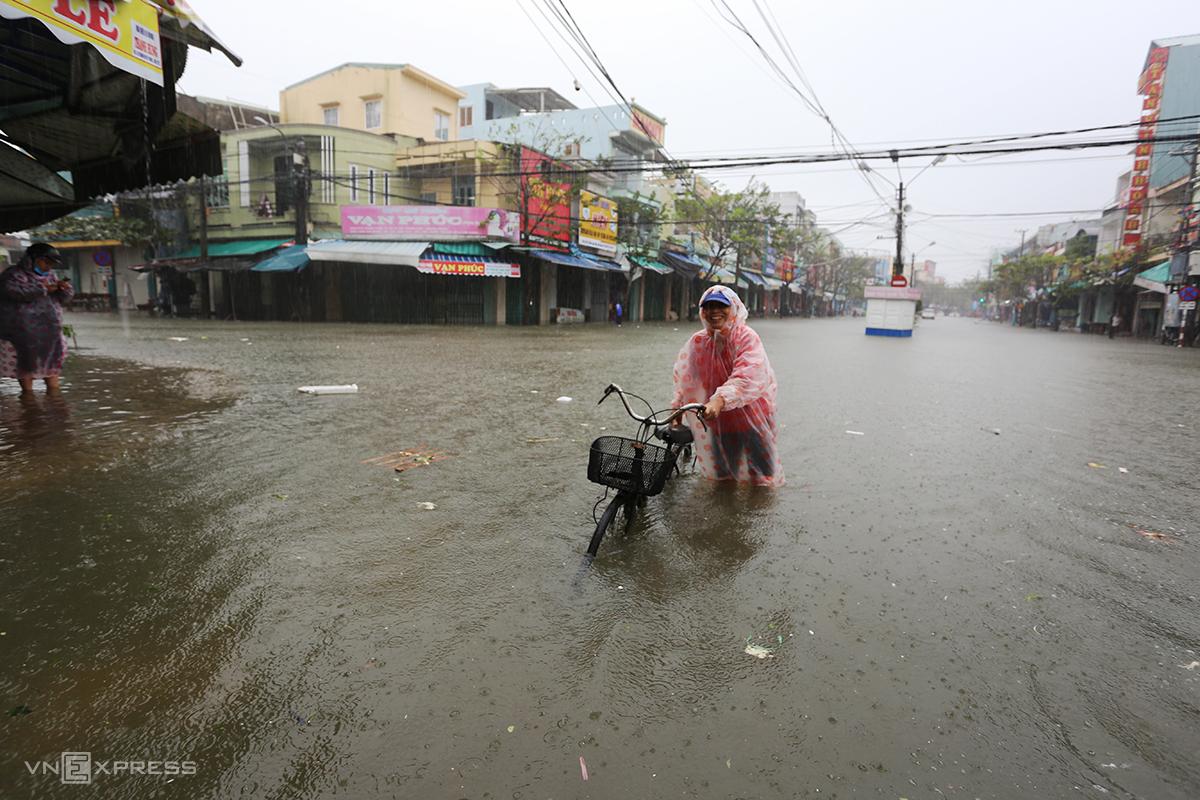 Đường Phan Đình Phùng gần chợ Tam Kỳ biến thành sông sáng 1/12. Ảnh: Đắc Thành.