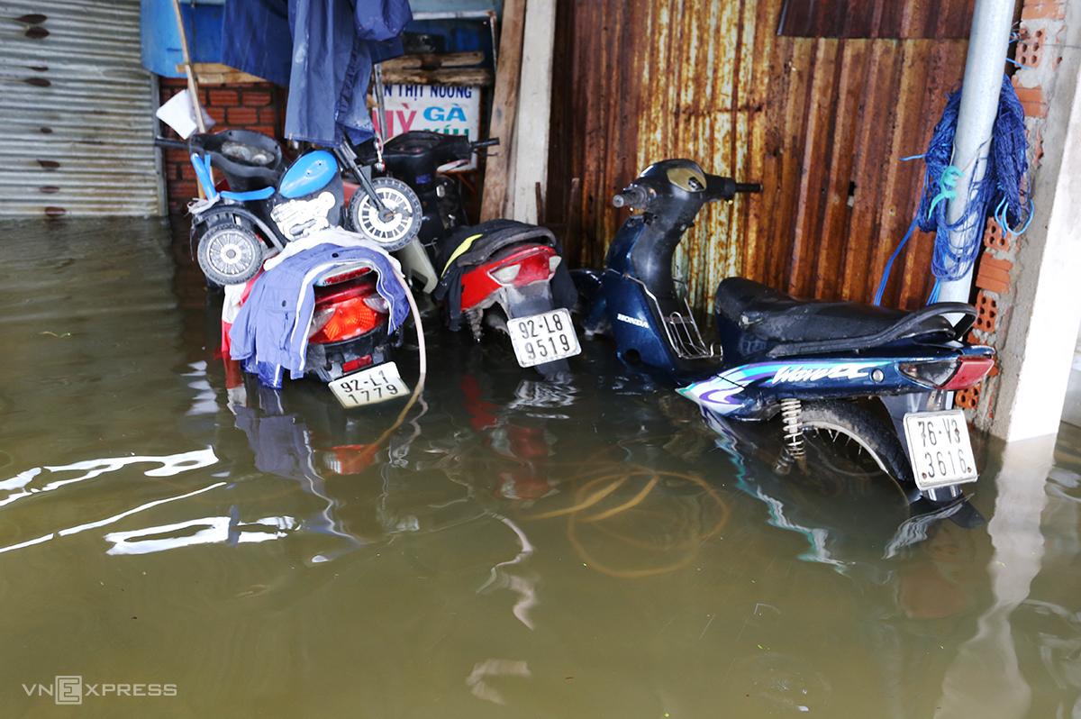 Ba xe máy của ông Nguyễn Xuân Phú, phường Phước Hòa ngập trong nước lũ. Ảnh: Đắc Thành.