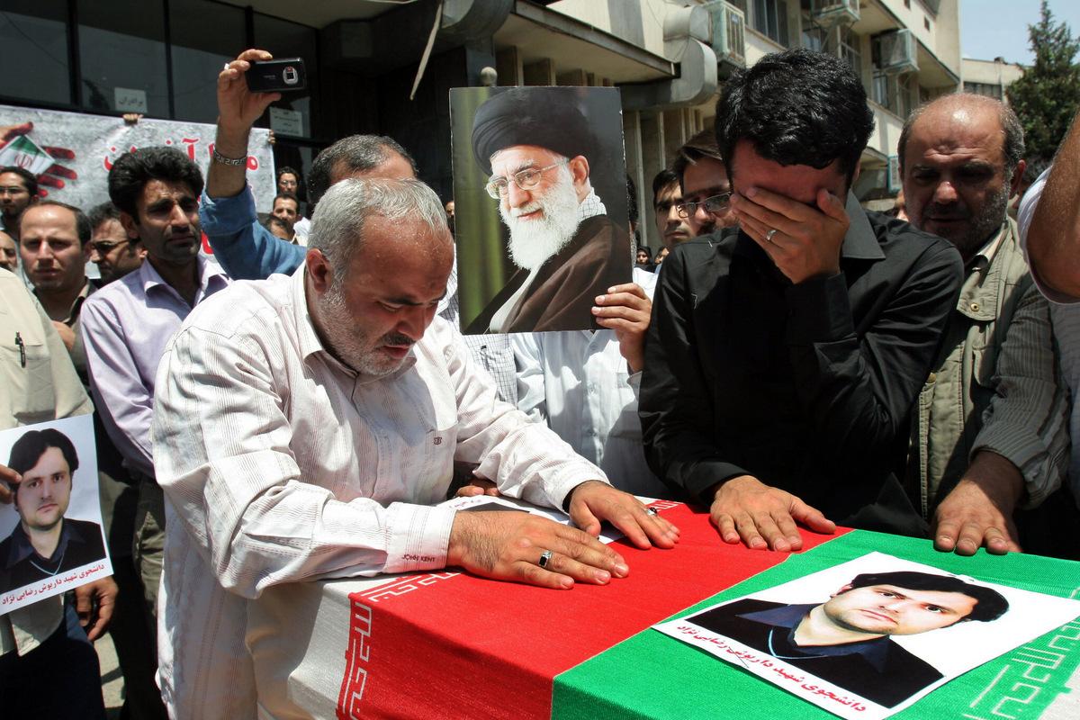 Đám tang của Rezaeinejad năm 2011. Ảnh: AP.