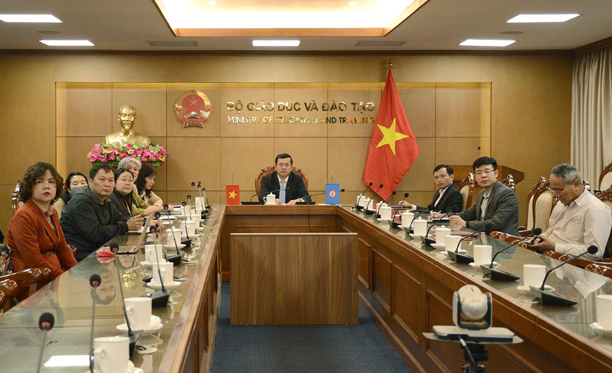 Thứ trưởng Giáo dục và Đào tạo Nguyễn Văn Phúc và các đại biểu Việt Nam tham dự hội nghị trực tuyến với SEAMEO sáng 1/12. Ảnh: MOET.