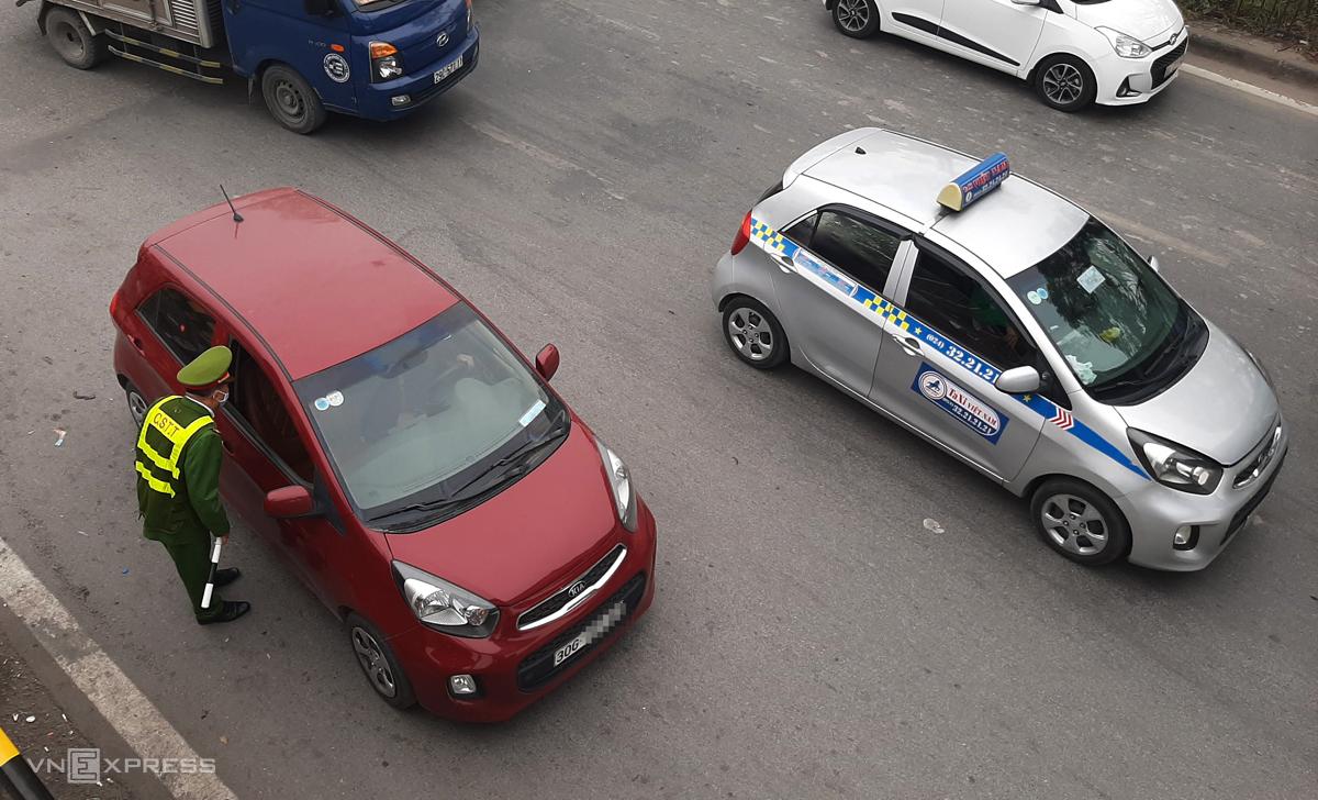 Gần 1.200 taxi bị phạt nguội trước cổng bệnh viện Bạch Mai