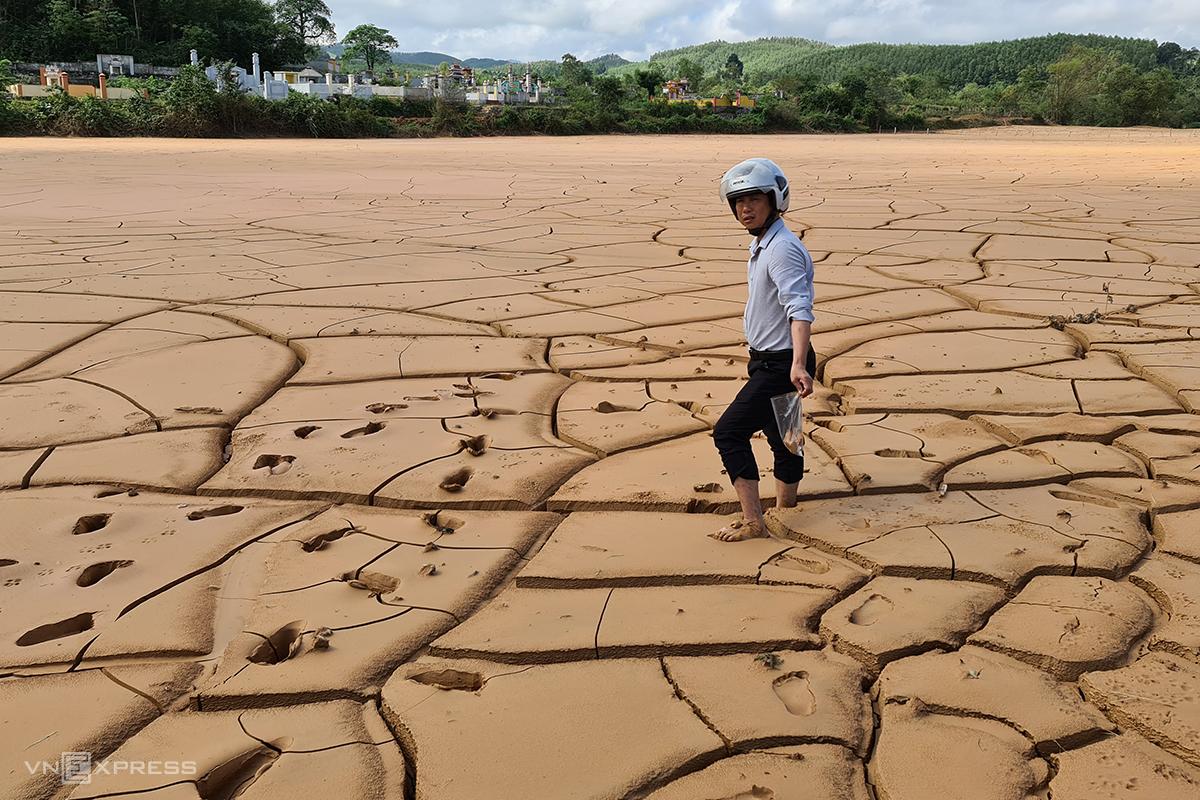 Lấy mẫu phù sa để phân tích mức độ độc hại của bùn lầy tại ruộng bị vùi lấp. Ảnh: Hoàng Táo
