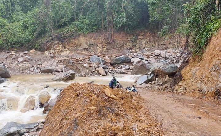 Nước lũ đổ về qua đường ĐH 1, xã Phước Kim, huyện Phước Sơn khiến giao không đi lại khó khăn. Ảnh: Đắc Thành.
