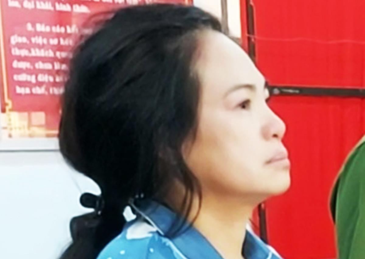 Bà Trần Thị Kim Loan lúc bị bắt. Ảnh: Hắc Minh.