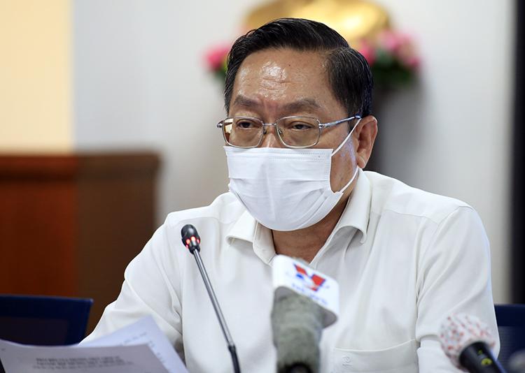 Bác sĩ Nguyễn Tấn Bỉnh, Giám đốc Sở Y tế TP HCM tại buổi họp báo tối 1/12. Ảnh: Hữu Công.