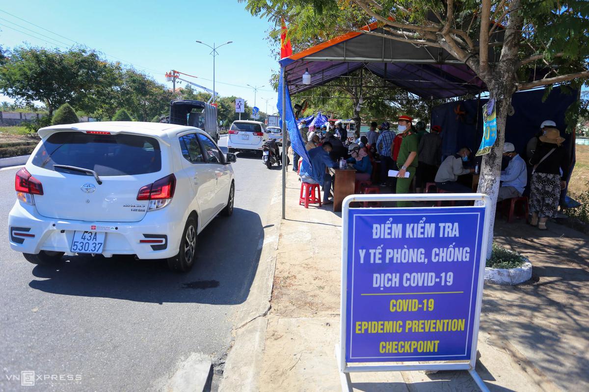 Quảng Nam lập chột kiểm tra vào địa phương trên tuyến đường ĐT 603B, phường Điện Ngọc, thị xã Điện Bàn hồi tháng 7/2020. Ảnh: Đắc Thành.