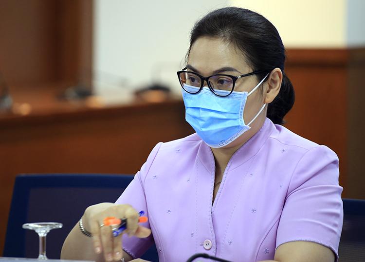 Chủ tịch UBND quận 6 Lê Thị Thanh Thảo tại buổi họp báo tối 1/12. Ảnh: Hữu Công