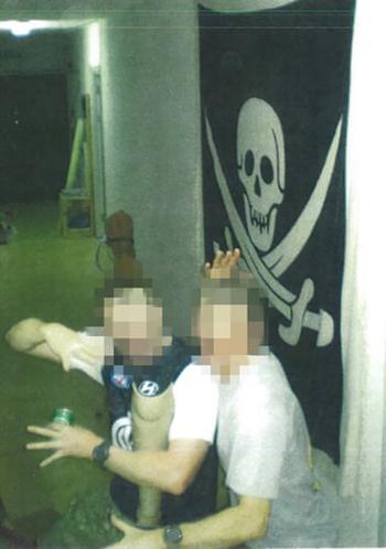 Hai binh sĩ Australia tạo dáng với cái chân giả trong quán bar ở Afghanistan năm 2009. Ảnh: Guardian.