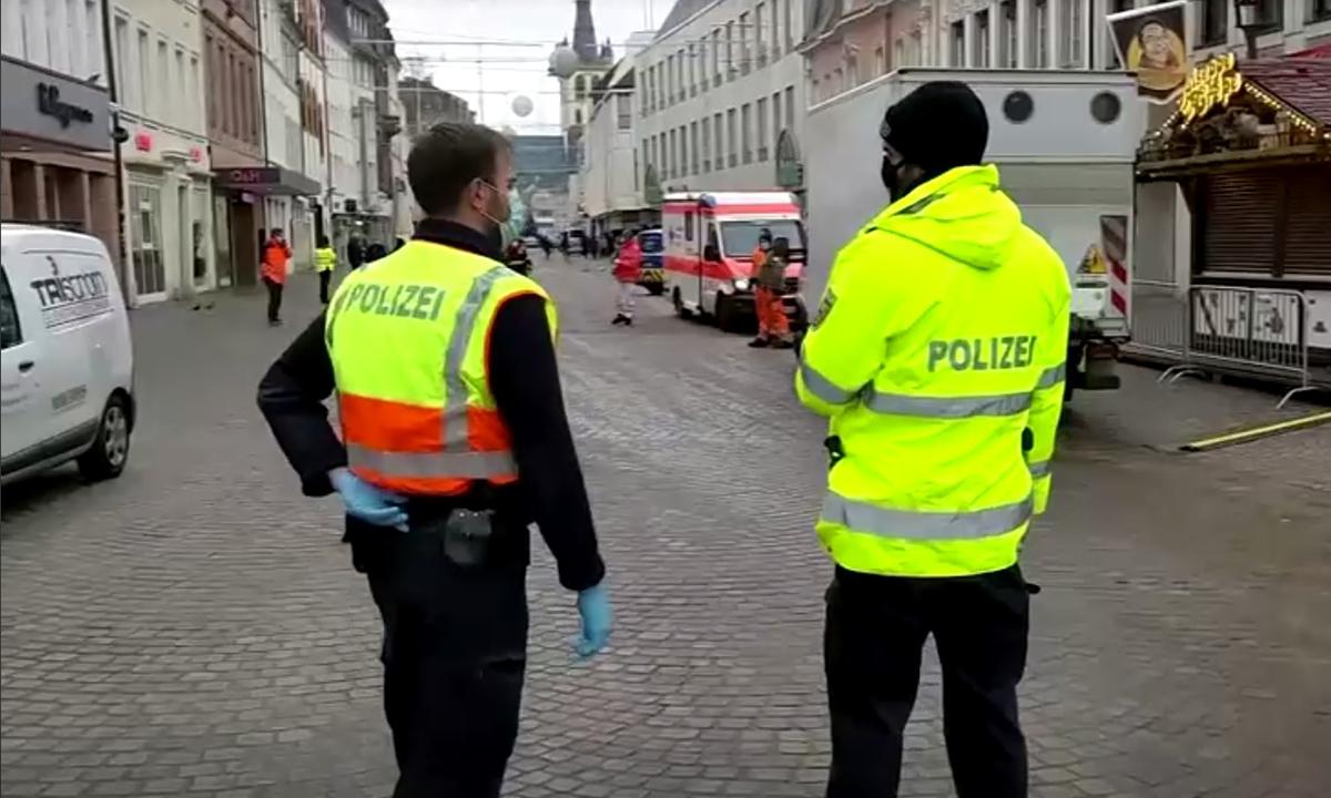 Cảnh sát đứng tại khu vực bị phong tỏa sau vụ lao xe ở thành phố Trier, Đức, hôm nay. Ảnh: Reuters.