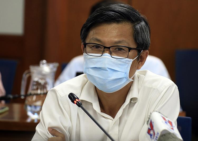 Bác sĩ Nguyễn Trí Dũng, Giám đốc Trung tâm Kiểm soát bệnh tật TP HCM tại buổi họp báo tối 1/12. Ảnh: Hữu Công.