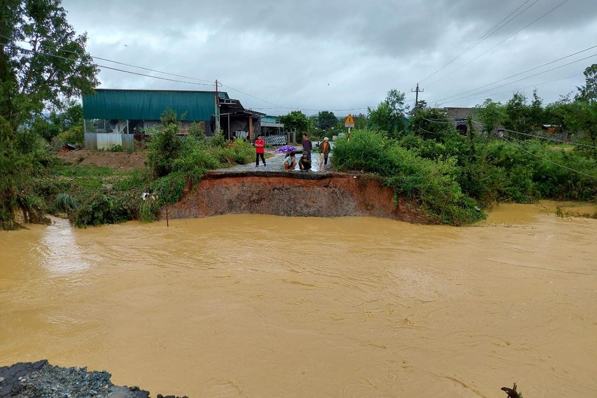 Cầu đá thôn 2, xã Cư Bông bị nước cuốn trôi tối hôm qua. Ảnh: Ngọc Oanh.