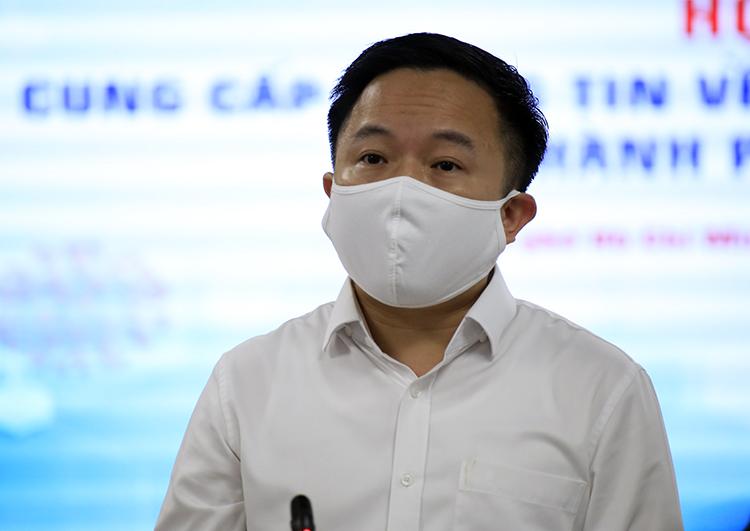 Phó giám đốc Sở Thông tin - Truyền thông Từ Lương cung cấp thêm thông tin tại cuộc họp của UBND TP HCM với các sở ngành, quận huyện chiều nay. Ảnh: Hữu Công