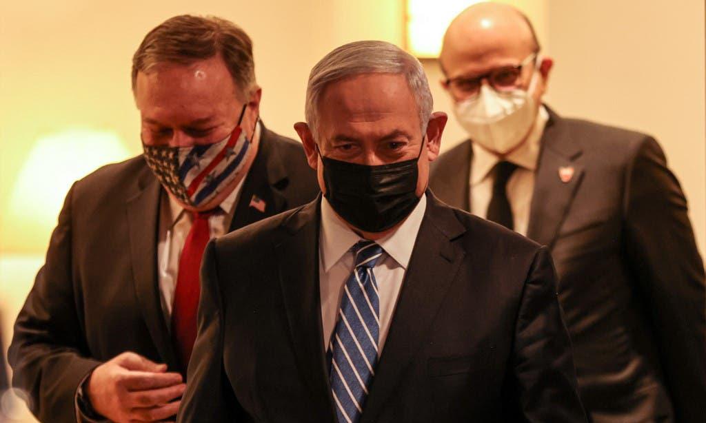 Thủ tướng Israel Benjamin Netanyahu (giữa) cùng Ngoại trưởng Mỹ Mike Pompeo (trái) và Ngoại trưởng Bahrain Abdullatif al-Zayani đến một cuộc họp báo ở Jerusalem hôm 18/11. Ảnh: Reuters.