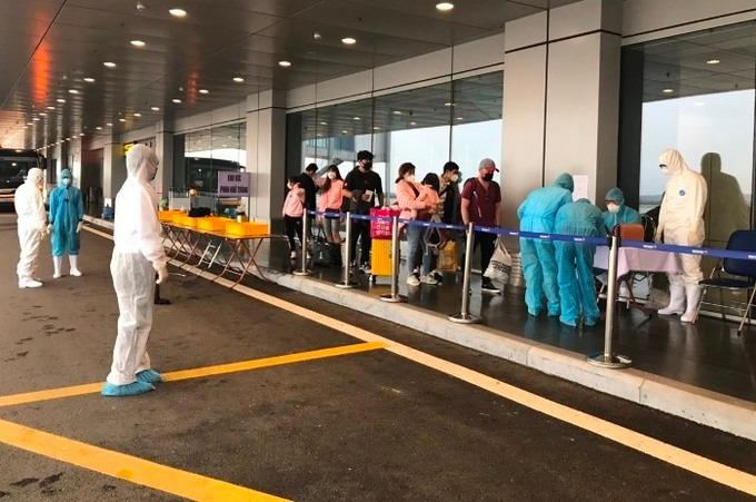 Hành khách đến Việt Nam trên chuyến bay quốc tế làm thủ tục hàng không và kiểm tra y tế tại sân bay Vân Đồn, tháng 3/2020. Ảnh: Bình Minh