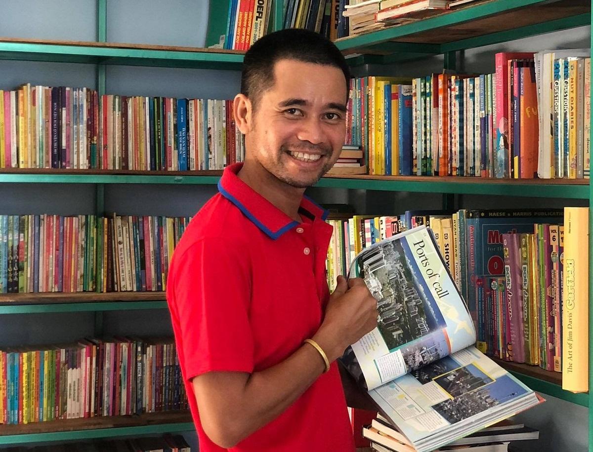 Anh Nguyễn Văn Pháp, 40 tuổi, trong Thư viện xóm Đảo do anh bỏ tiền túi đầu tư. Ảnh: Phạm Linh.