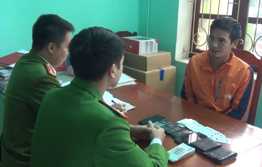 Công an lấy lời khai nghi can Nguyễn Văn Chính. Ảnh: Lam Sơn.