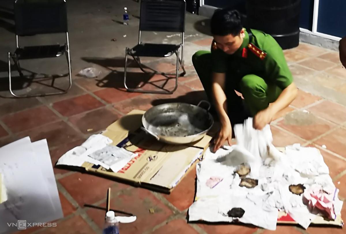 Cảnh sát thu giữ giấy tờ cho vay Phong đốt trong chiếc chảo. Ảnh: Khá Mạnh.