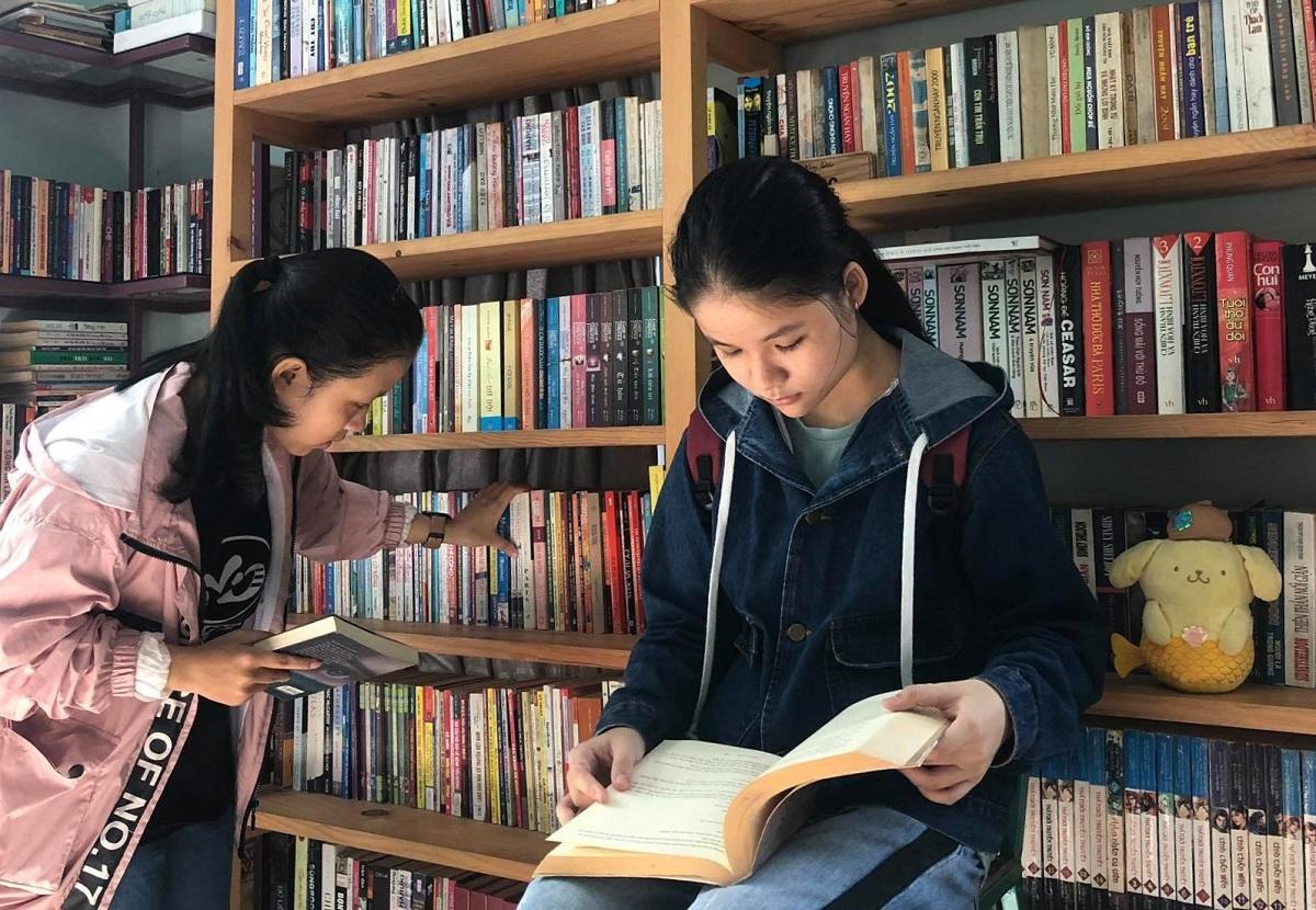 Các em sinh đọc sách trong thư viện của anh Pháp. Ảnh: Phạm Linh.