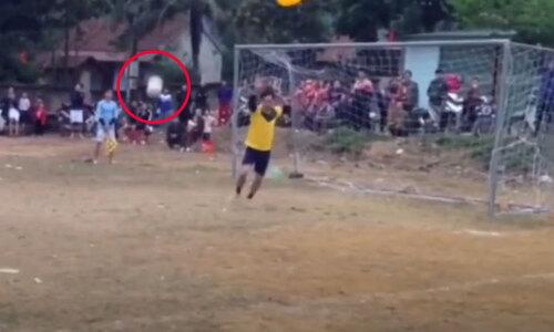 Cô gái bị chơi khăm bịt mắt sút penalty - 2