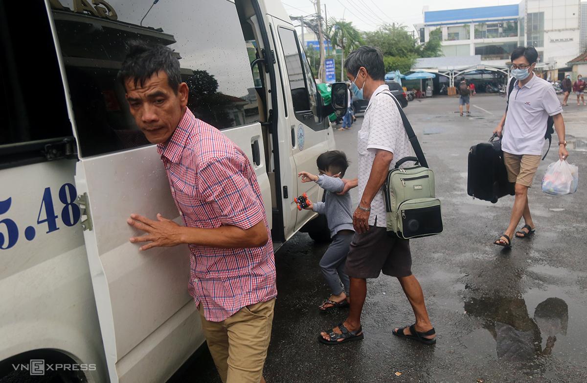 Ga Nha Trang phải thuê ôtô đưa hành khách qua các điểm ngập để tiếp tục hành trình, hôm 1/12. Ảnh: Xuân Ngọc.