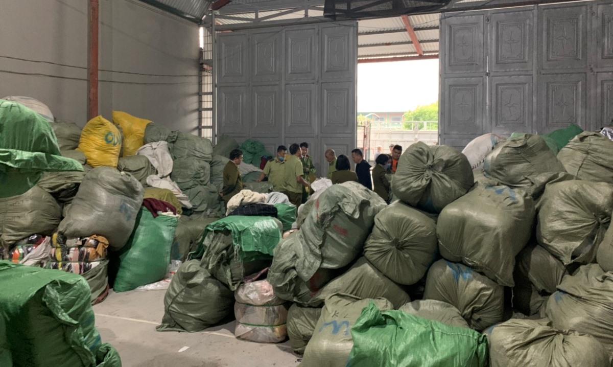 Gần 30 tấn quần áo, nghi nhập lậu bị thu giữ. Ảnh: QLTT