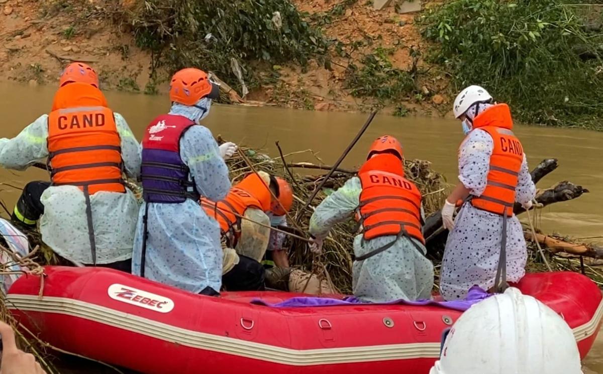 Lực lượng cứu hộ tìm thấy thi thể nạn nhân cuối cùng bị lũ cuốn sáng 2/12. Ảnh: Khánh Hương.