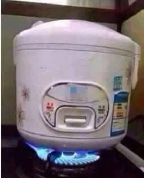 Mẹ bảo nhà mất điện, nấu cơm tạm bằng bếp gas đi con.