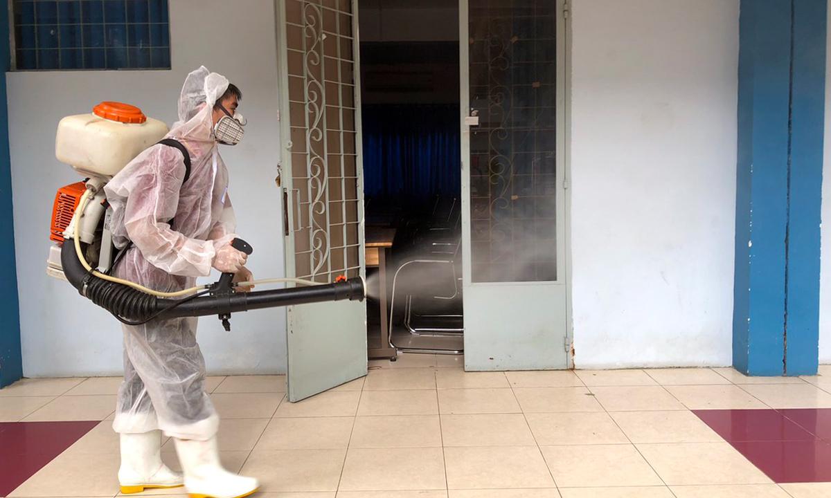 Trường THPT Nguyễn Du phun tiêu độc, khử trùng phòng Covid-19 hồi cuối tháng 11. Ảnh: Lê Nam.