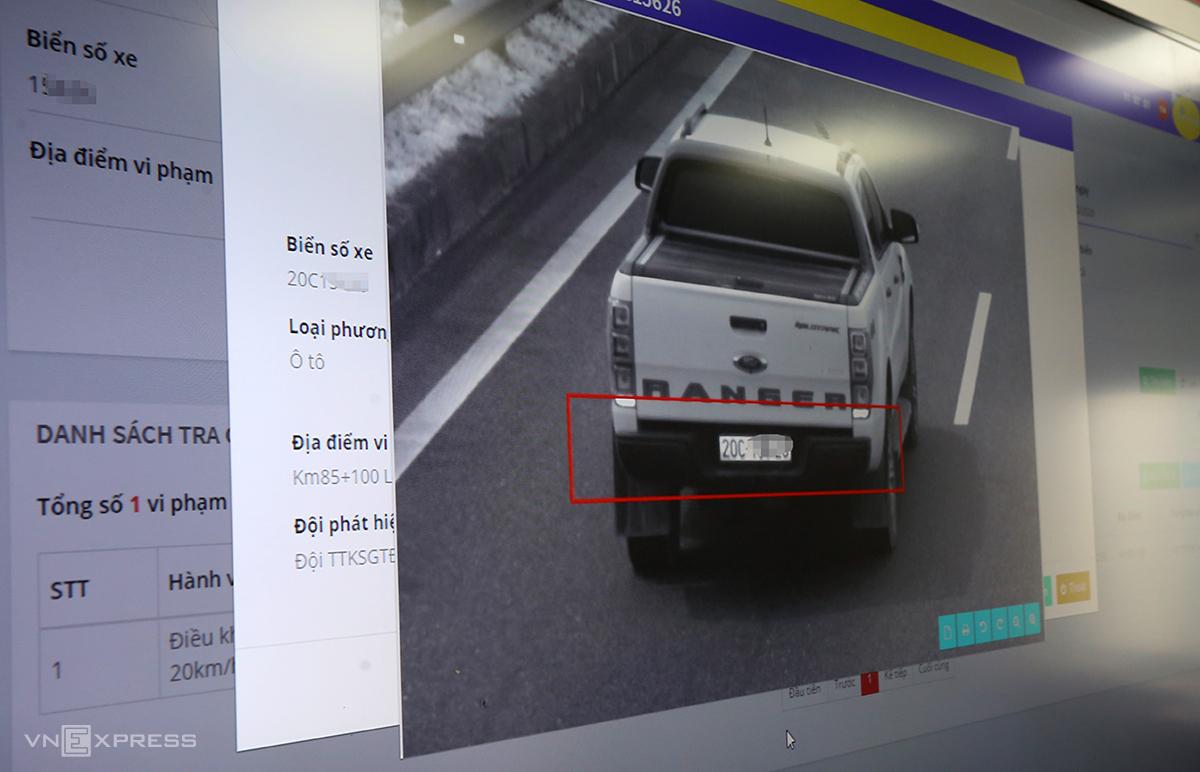Camera trên cao tốc có thể quay 360 độ, chụp sắc nét ở khoảng cách cả km. Ảnh: Bá Đô