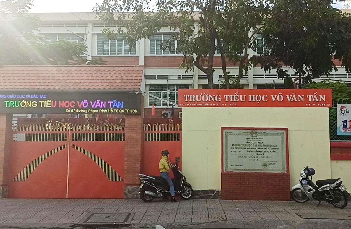 Trường Tiểu học Võ Văn Tần, quận 6 đóng cửa từ hôm qua 1/12 vì có giáo viên là F1, liên quan đến bệnh nhân 1347. Ảnh: Mạnh Tùng.