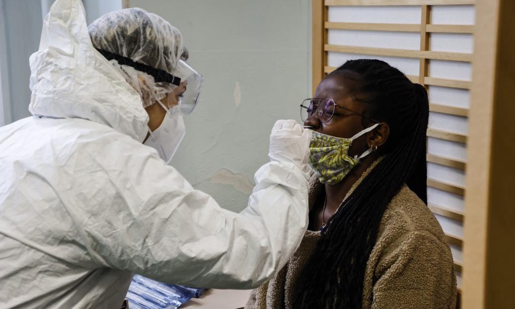 Nhân viên y tế lấy mẫu xét nghiệm nCoV tại một trường học ở Paris, Pháp, hôm 23/11. Ảnh: AFP.