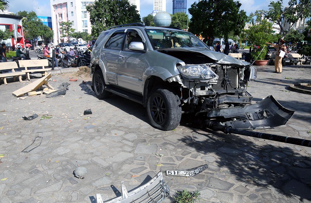 Ôtô 7 chỗ hư hỏng nặng sau lao vào khuôn viên nhà thờ đá Nha Trang, trưa 3/12. Ảnh: Xuân Ngọc.