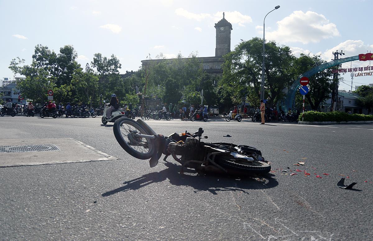 Chiếc xe máy trong vụ tai nạn nằm giữa vòng xoay ngã 6. Ảnh: Xuân Ngọc.