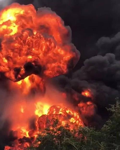 Ngọn lửa bốc cao trong vụ cháy ở cửa khẩu quốc tế Densavan. Ảnh: Quang Hà