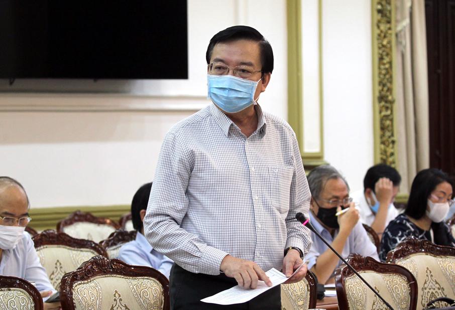 Giám đốc Sở Giáo dục và Đào tạo Lê Hồng Sơn báo cáo tại cuộc họp Ban chỉ đạo phòng chống Covid-19 tại TP HCM chiều 3/12. Ảnh: Trung tâm Báo chí TP HCM.