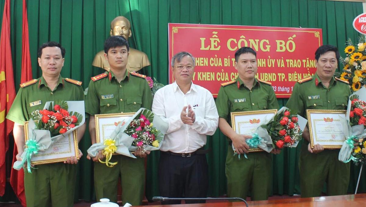 Chủ tịch UBND tỉnh Đồng Nai khen thưởng đột xuất lực lượng phá an. Ảnh: Phước Tuấn