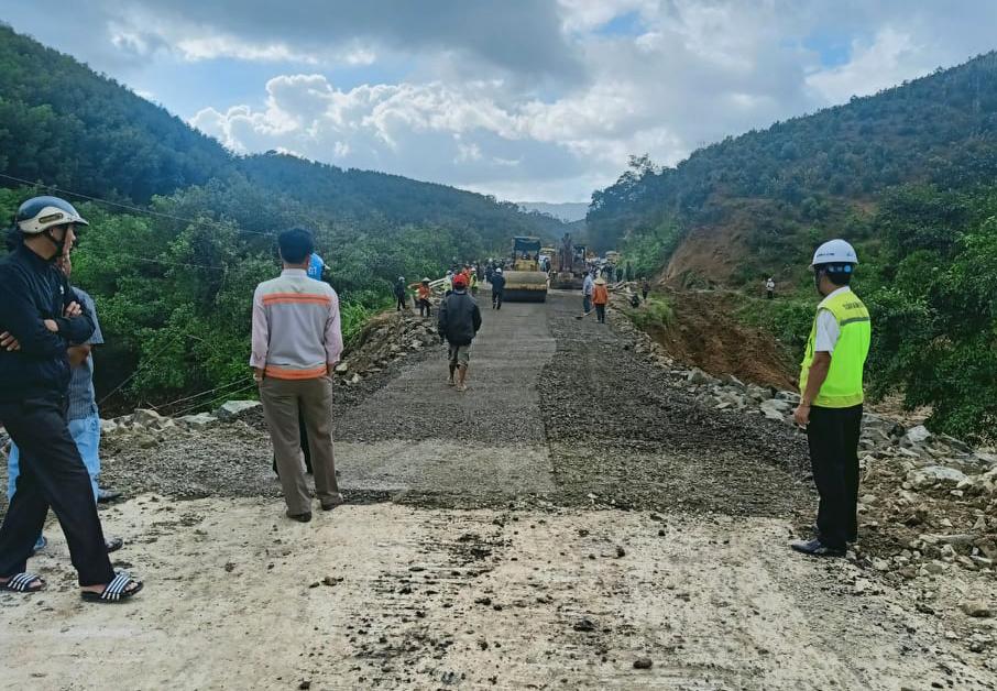 Sau ba ngày sửa chữa, tuyến Khánh Hòa - Đăk Lăk được thông xe, chiều 3/12. Ảnh: Ngọc Oanh.
