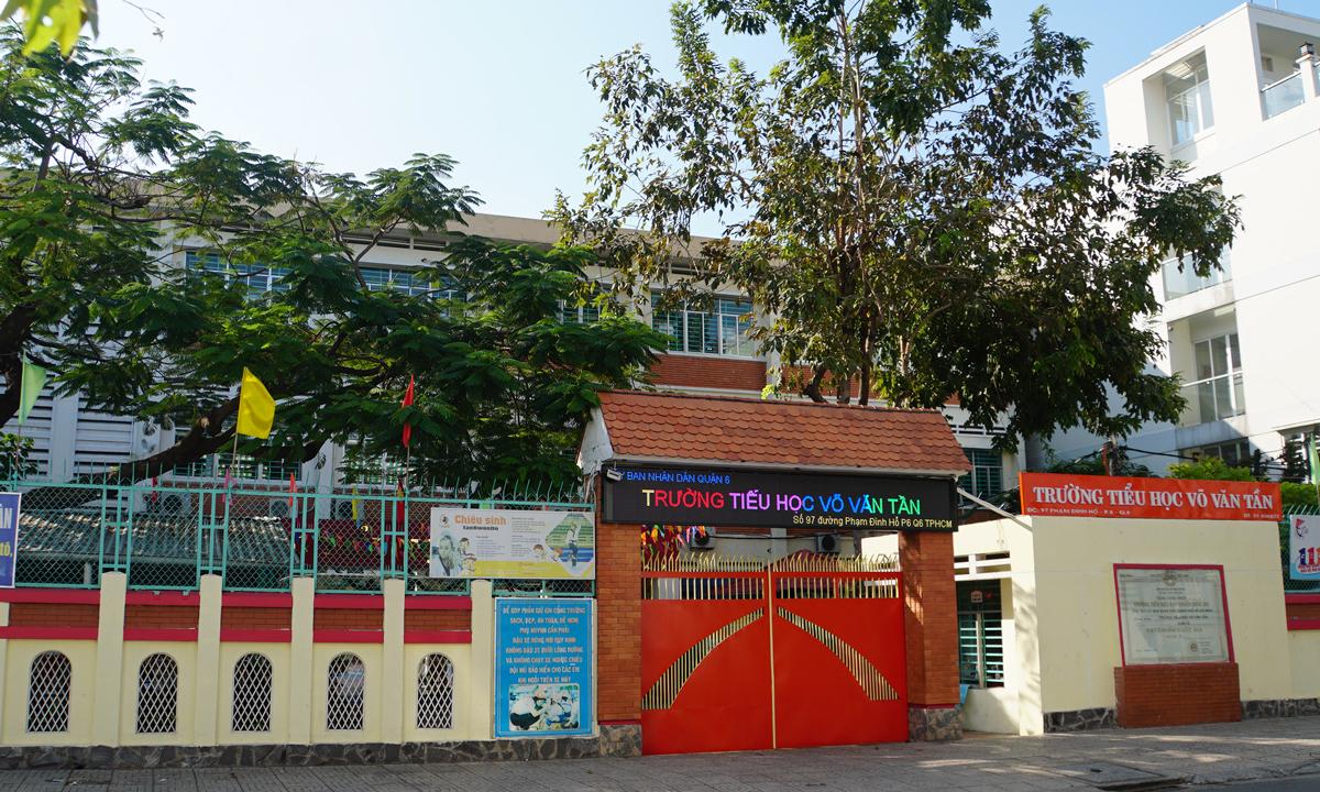 Trường Tiểu học Võ Văn Tần, quận 6 đóng cửa chiều 3/12. Ảnh: Mạnh Tùng.
