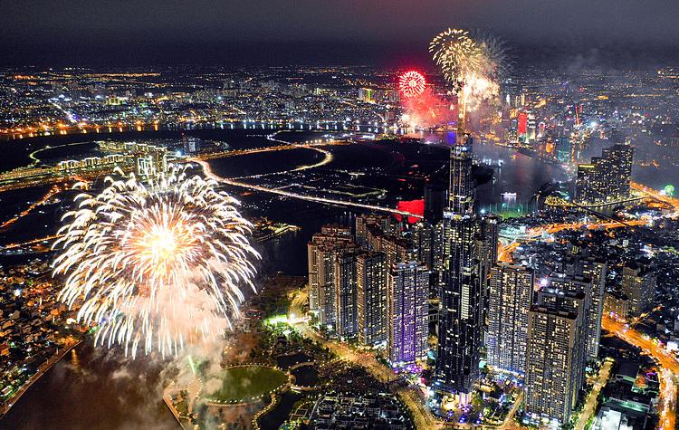 Pháo hoa được bắn ở toà nhà Landmark 81 mừng ngày thống nhất đất nước 30/4/2019. Ảnh: Quỳnh Trần.