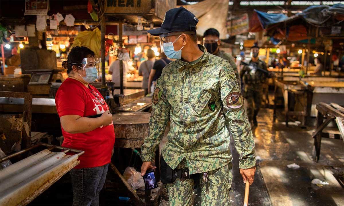 Cảnh sát Philippines đi tuần tại một khu chợ tại Taytay, tỉnh Rizal, ngày 11/8. Ảnh: Reuters.