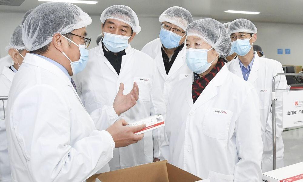 Phó Thủ tướng Trung Quốc Tôn Xuân Lan (phải) thăm một hãng sản xuất vaccine ngày 2/12. Ảnh: Tân Hoa xã
