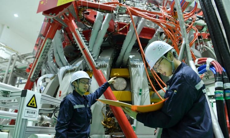 Nhân viên kỹ thuật kiểm tra thiết bị tổng hợp hạt nhân HL-2M tại một phòng thí nghiệm nghiên cứu ở Thành Đô, thuộc tỉnh Tứ Xuyên, Trung Quốc, hôm nay. Ảnh: AFP.