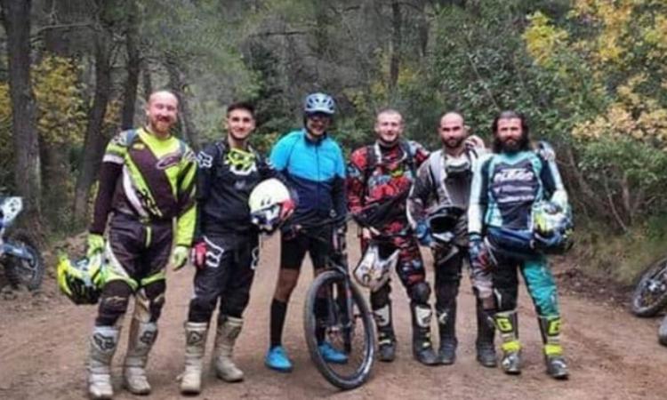 Thủ tướng Hy Lạp Kyriakos Mitsotakis (đội mũ, đeo kính) chụp ảnh cùng 5 người không đeo khẩu trang khi đi đạp xe ở núi Parnitha cuối tuần qua. Ảnh: Keep Talking Greece.